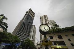 一座经典钟楼在曼谷豪华住宅区街道站立  库存图片