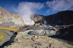 一座活火山的火山口的表面 新西兰 免版税库存照片