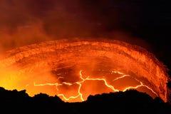 一座活火山的里面看法与熔岩流的在火山国家公园,夏威夷的大岛 免版税库存照片
