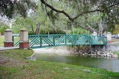一座绿色桥梁在USF校园里 免版税库存图片