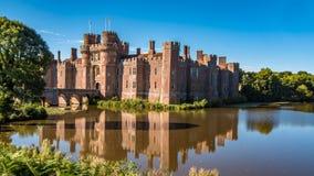 一座moated砖城堡的看法 免版税库存照片