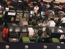 一开放咖啡馆的图片有定购的顾客的他们的饮料和baristas在行动 图库摄影