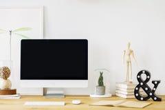 一张书桌的特写镜头有一台计算机的有一个黑屏幕的,木f 免版税图库摄影