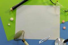 一张书桌的顶视图有医学的各种各样的元素的 库存照片