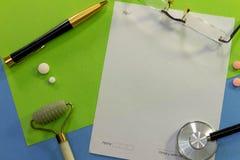 一张书桌的顶视图有医学的各种各样的元素的 图库摄影
