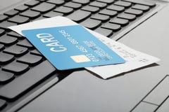 一张信用卡和一张收据在键盘作为网上购物的标志 库存照片