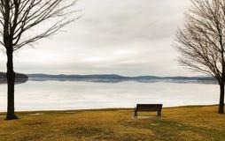 一张偏僻的公园长椅在冬天 免版税图库摄影
