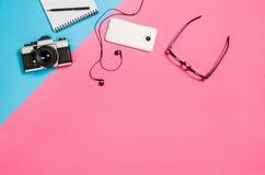 一张创造性的自由职业者妇女工作区书桌的平的位置照片有拷贝空间背景 库存图片