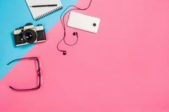 一张创造性的自由职业者妇女工作区书桌的平的位置照片有拷贝空间背景 免版税库存照片