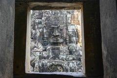 一张古老国王面孔寺庙外窗口在吴哥城,暹粒,柬埔寨 库存图片