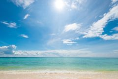 一张图片在一个离开的海滩的一个晴天 免版税库存图片