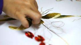 一张图片的刺绣与丝绸螺纹的 创造特写镜头的过程 股票录像