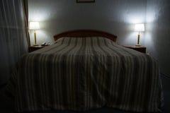 一张大床在一家舒适旅馆里 免版税库存照片