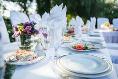 一张好的婚礼桌装饰 免版税库存照片