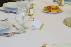 一张婚礼或餐馆桌的细节与名片 免版税库存照片