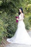 一张少妇婚礼照片/画象支持竹子 免版税库存照片