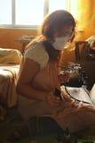 一张少妇绘画用气刷设备 图库摄影