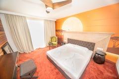 一张巨大的床在豪华屋子在保加利亚语的Kranevo一家五星旅馆里 免版税库存图片