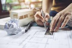 一张建筑师图画商店画纸的特写镜头图象与许多模型的 库存图片