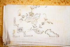 一张手帕的葡萄酒纹理有花卉刺绣的 免版税库存图片
