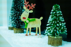 一张新年或圣诞节祝贺的明信片与鹿圣诞树 免版税库存照片