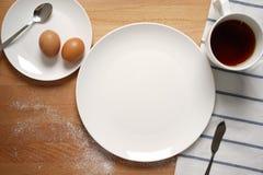 从一张早餐桌的场面与一块空的板材 免版税库存照片