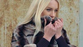 一张昂贵的毛皮的一个年轻美丽的金发碧眼的女人  影视素材