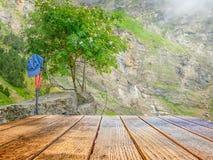 一张木一个徒步旅行者的桌和设备的空的表面以岩石为目的止步不前的 免版税库存照片