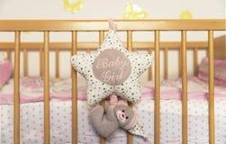 一张木床的正面图新生儿的 免版税库存图片