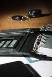 一张木桌的表面与笔记本的,智能手机,汽车钥匙 库存照片