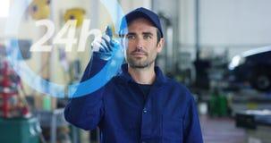 一张未来派画象汽车机械师助理,与一天24小时全息图一起使用,买,卖和修理备用的pa 库存图片