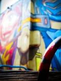 一张机器人面孔的被弄脏的街道艺术墙壁壁画 库存图片