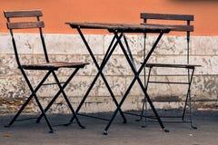 一张桌和两把椅子在街道上 免版税图库摄影