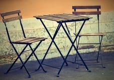 一张桌和两把椅子在街道上 免版税库存照片
