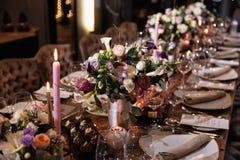 一张桌的装饰在一结婚宴会或生日宴会-美好的深色的 免版税库存照片