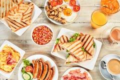 一张桌的顶上的看法与英式早餐的 免版税库存照片