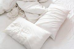 一张没有整理好的床的顶视图在有被弄皱的床单的一间卧室, 免版税库存照片