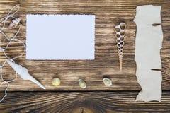 一张照片和题字的框架在一张木桌上 库存照片