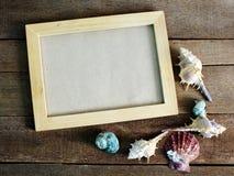 一张照片的框架在木背景夏天概念的一个海洋样式 库存图片