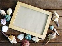 一张照片的框架在木背景夏天概念的一个海洋样式 库存照片