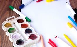 一张白色纸片在一张木桌放置,近,铅笔、油漆和标志 回到学校 例证办公室学校用品向量 免版税库存照片