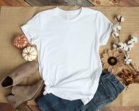 一张白色T恤杉空白衬衣模板照片的大模型 免版税库存图片