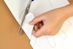 一张礼品券华伦泰` s天卡片的生产与鸽子的 逐步的过程:切口准备 库存图片