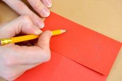 一张礼品券华伦泰` s天卡片的生产与鸽子的 逐步的过程:容限图画胶合的 库存照片
