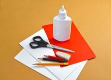 一张礼品券华伦泰` s天卡片的生产与鸽子的 逐步的过程:标注姓名起首字母材料 免版税库存照片