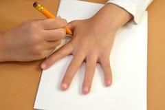 一张礼品券华伦泰` s天卡片的生产与鸽子的 逐步的过程:着墨儿童` s棕榈铅笔 免版税库存图片