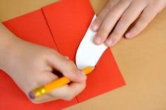 一张礼品券华伦泰` s天卡片的生产与鸽子的 逐步的过程:着墨心脏的准备 图库摄影
