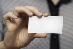 一张空的名片的特写镜头在妇女` s手上 免版税库存照片