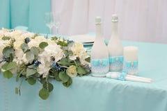 一张美妙地装饰的婚姻的桌的图象 免版税库存照片