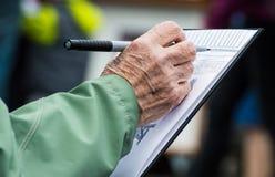 一张老妇人图画的手在一个素描便笺簿的在农夫市场上 图库摄影